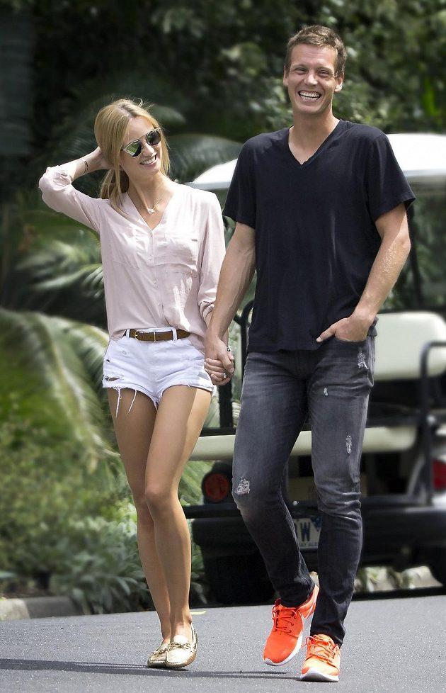 Šťastný pár na procházce botanickou zahradou v Melbourne...