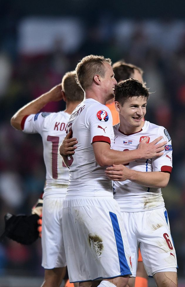 Střelec vítězného gólu Václav Pilař (vpravo) se raduje společně s Davidem Limberským po konci zápasu s Nizozemskem.