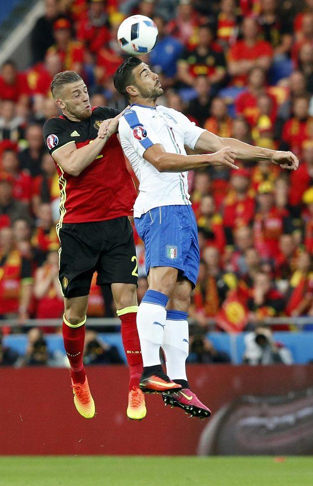 Belgičan Toby Alderweireld (vlevo) a Ital Graziano Pellé v hlavičkovém souboji o míč.