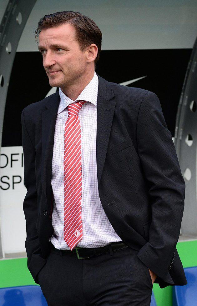 Vladimír Šmicer předává na šampionátu ceny nejlepším hráčům utkání.