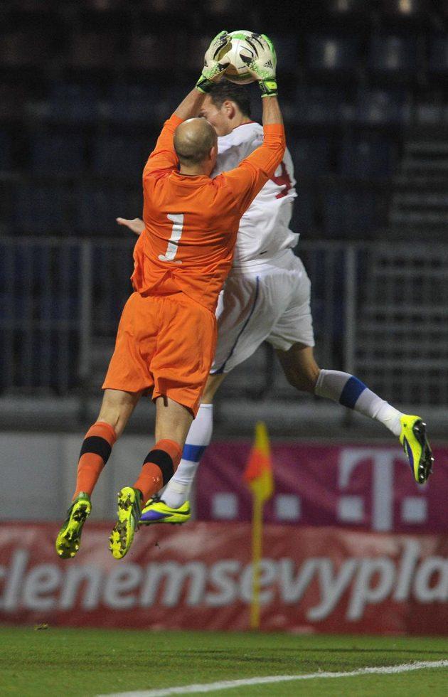 Brankář Kanady Lars Hirschfeld (zády) a český útočník Libor Kozák v přátelském utkání v Olomouci.