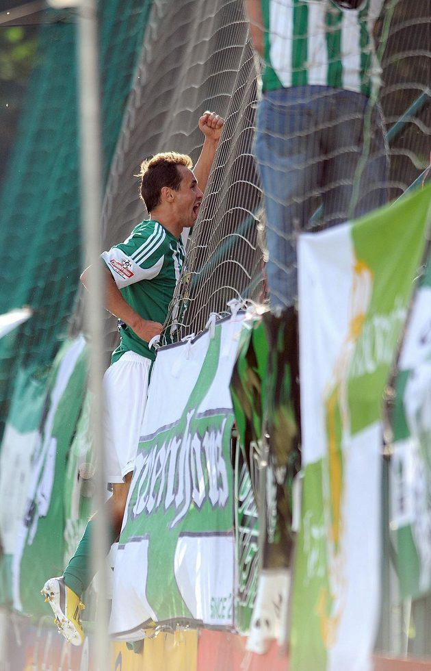 Jan Moravec z Bohemians 1905 oslavuje vedoucí gól do sítě Znojma.