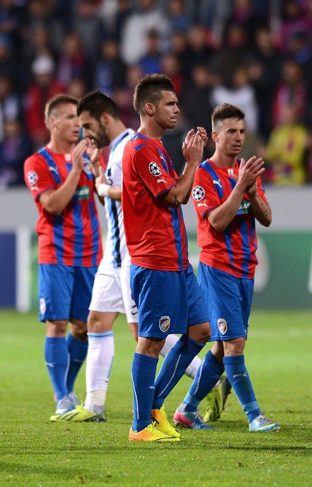 Hráči Plzně děkují fanouškům po zápasem s Manchesterem City.