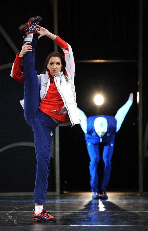 Členové baletu Národního divadla na přehlídce oficiálního oblečení pro ZOH v Soči.