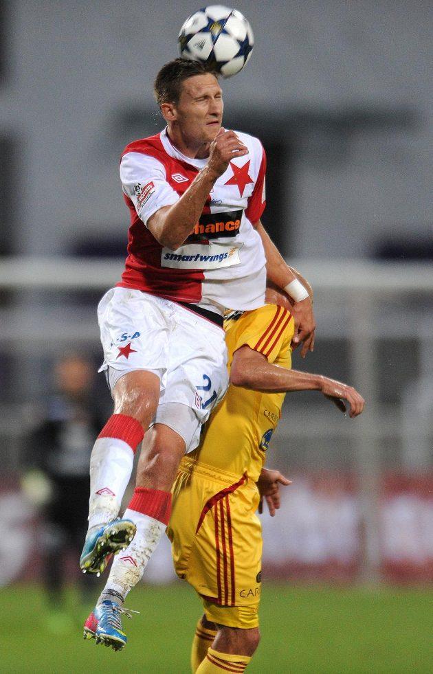 Útočník Slavie Milan Škoda (vlevo) a Patrik Gedeon z Dukly v utkání 4. kola Gambrinus ligy.