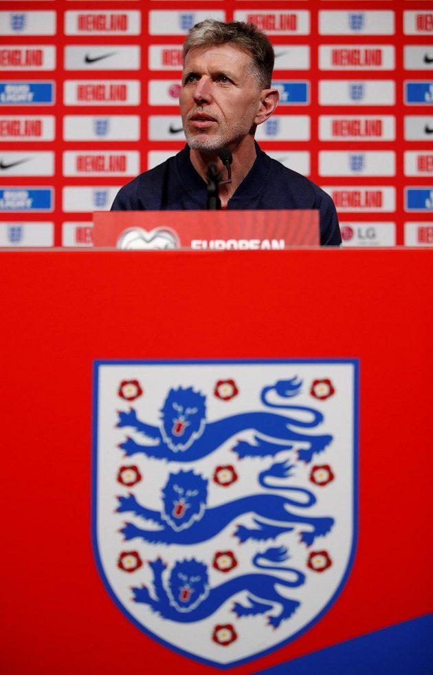 Trenér české fotbalové reprezentace Jaroslav Šilhavý během tiskové konference před utkáním v Anglii.