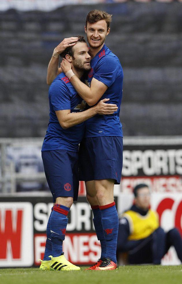 Will Keane (vpravo) z Manchesteru United se raduje z gólu proti Wiganu se spoluhráčem Juanem Matou.