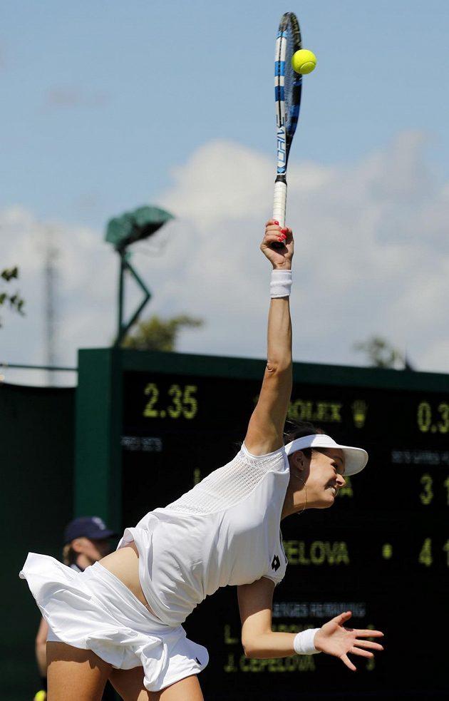 Slovenská tenistka Jana Čepelová podává v zápase s Lucií Šafářovou ve třetím kole Wimbledonu.