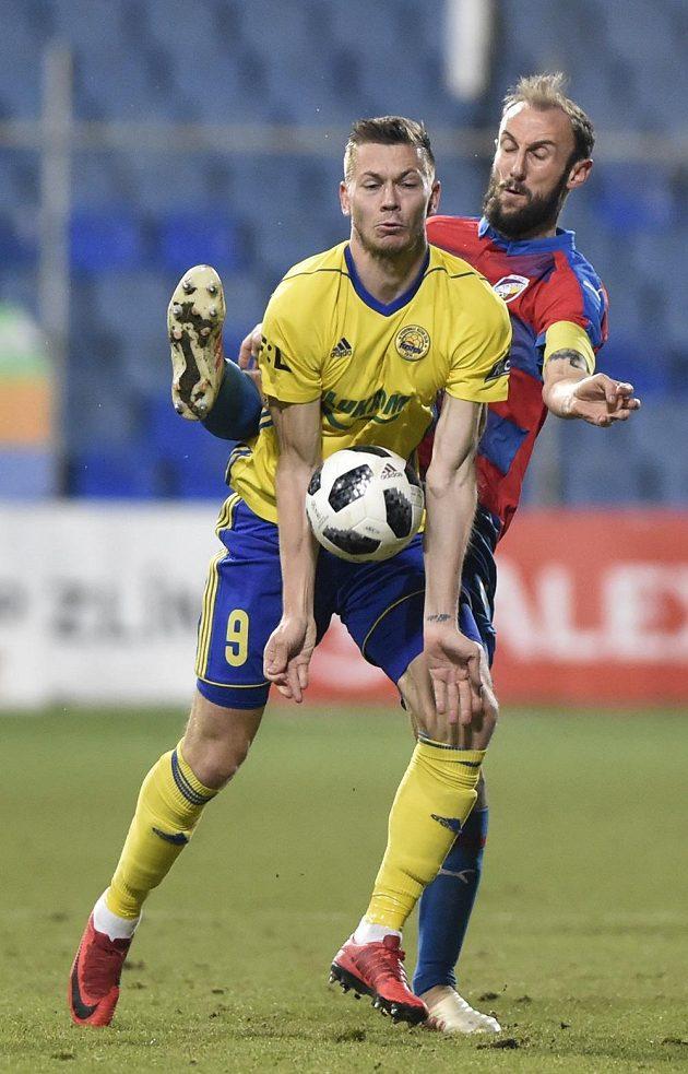 Roman Hubník (vzadu) z Plzně a Pavel Vyhnal ze Zlína v souboji během utkání 18. kola první ligy.