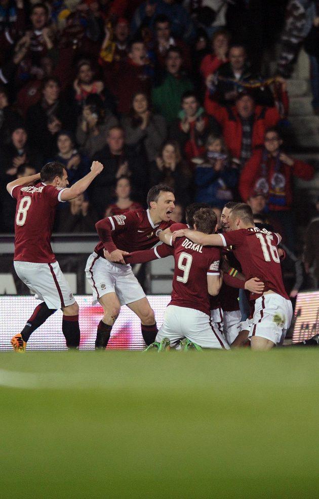 Fotbalisté Sparty Praha oslavují vedoucí gól během utkání 19. kola Gambrinus ligy proti Plzni.