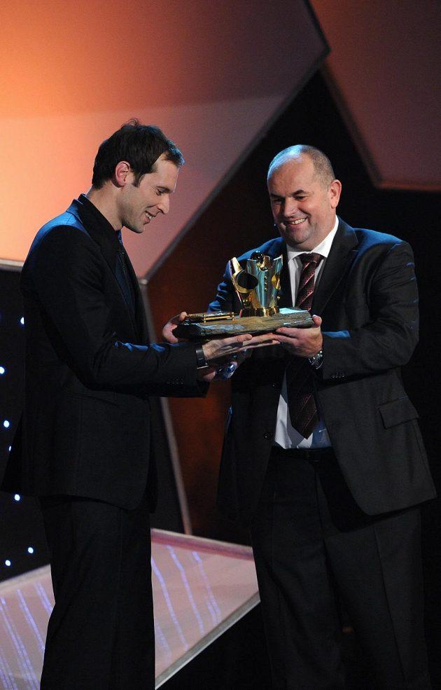 Brankář Petr Čech (vlevo) vyhrál popáté za sebou a celkově pošesté anketu Fotbalista roku. Trofej pro vítěze mu při slavnostním večeru na pražském Žofíně předal šéf Fotbalové asociace ČR Miroslav Pelta.