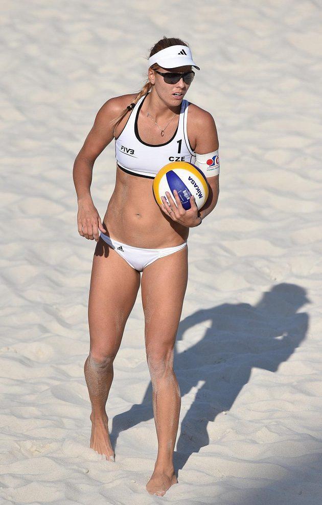 Česká beachvolejbalistka Markéta Sluková během turnaje světového okruhu žen v Praze na Štvanici.