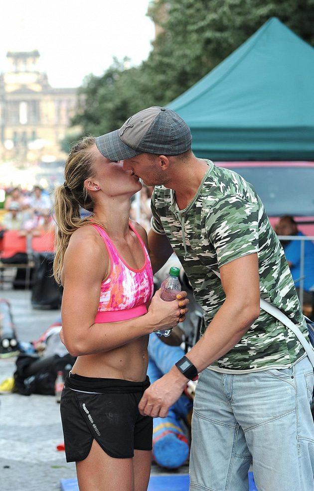 Jiřina Svobodová vyhrála exhibiční mítink Pražská tyčka, k výhře jí poblahopřál i manžel Petr Svoboda.