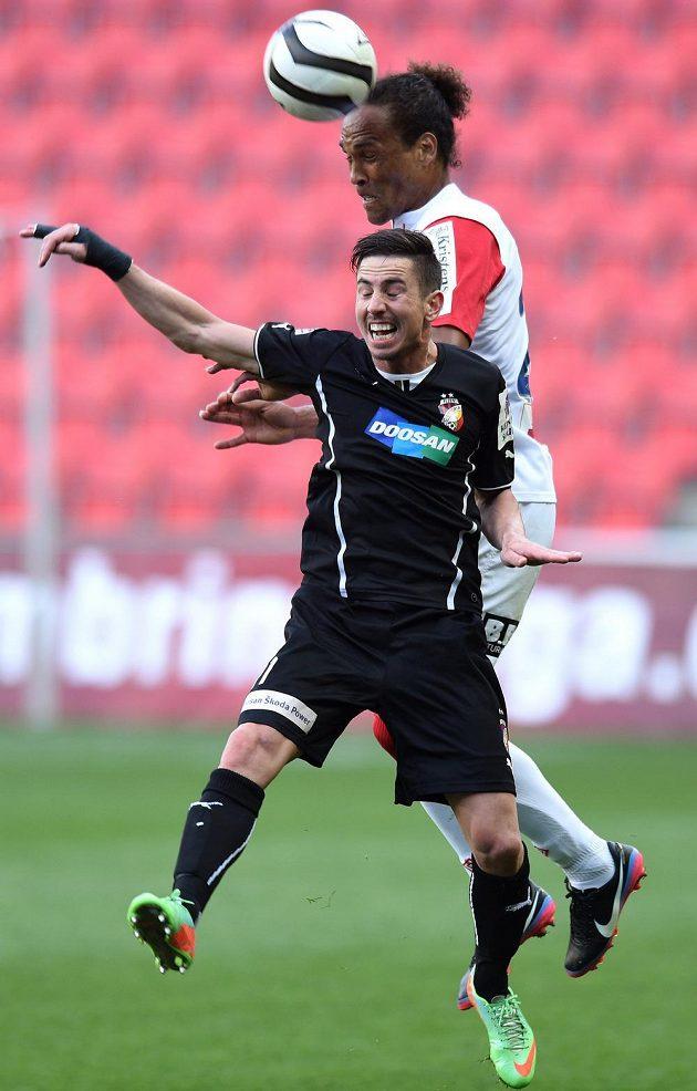 Fernando Neves ze Slavie (vzadu) vyhrává hlavičkový souboj s Milanem Petrželou z Plzně.