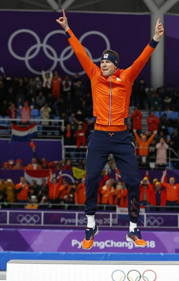Nizozemský rychlobruslař Sven Kramer slaví vítězství v závodě na 5000 m na olympijských hrách v Pchjongčchangu.