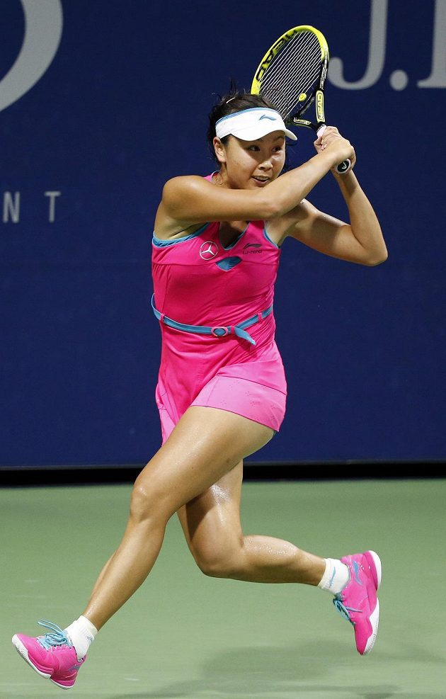 Číňanka Peng Šuaj hraje obourč bekhend i forhend. Na její hru nestačila ve třetím kole US Open ani Lucie Šafářová.