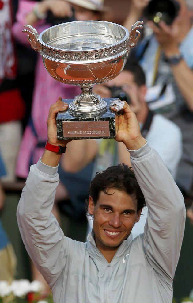 Trofej pro šampióna na Roland Garros zná Rafael Nadal velmi dobře.