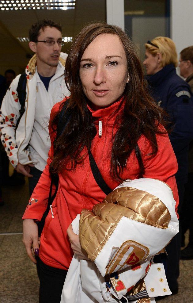 Běžkyně na lyžích Eva Vrabcová Nýltová před odletem do Soči na Zimní olympijské hry dne 30. ledna 2014 na kbelském letišti.