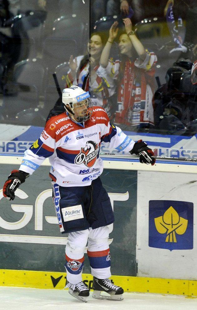 Pardubický útočník Petr Sýkora se raduje z gólu v prodloužení proti Vítkovicím.