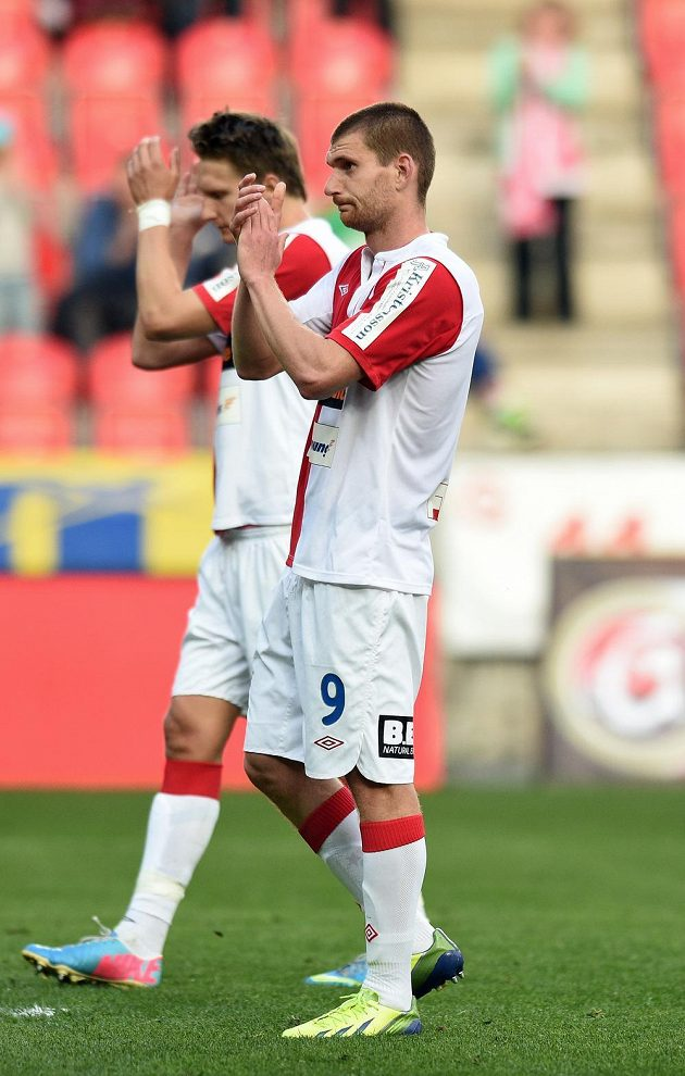 Martin Juhar (vpředu) a Milan Škoda ze Slavie Praha děkují po prohře s Plzní fanouškům.