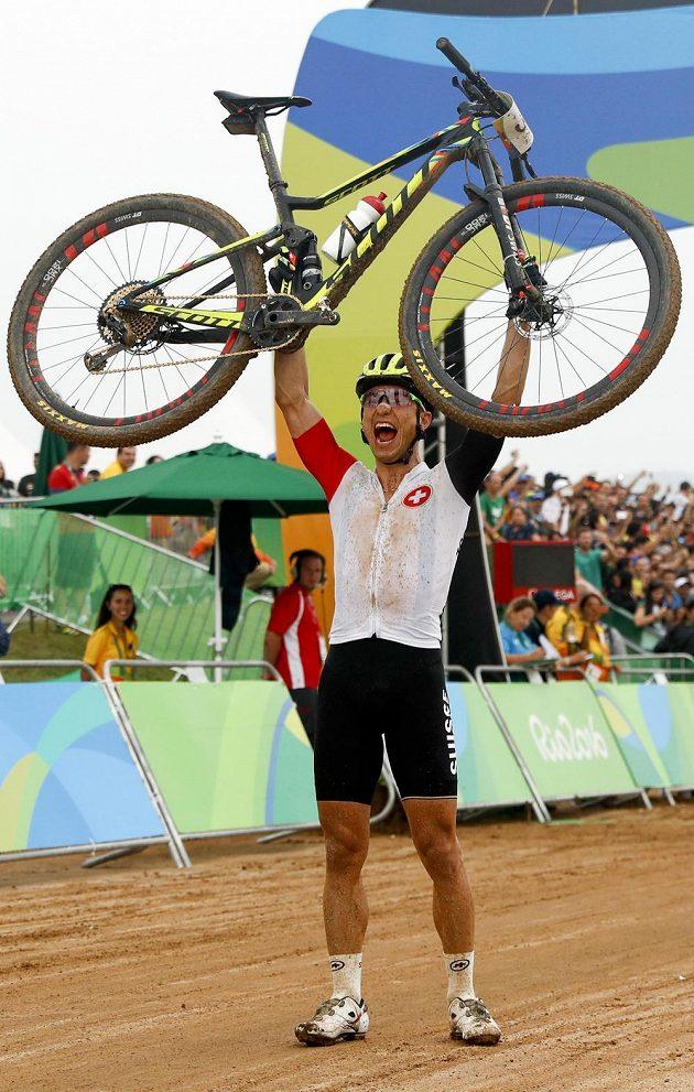 Král. Švýcar Nino Schurter vyhrál v Riu závod horských kol, druhý skončil Jaroslav Kulhavý.