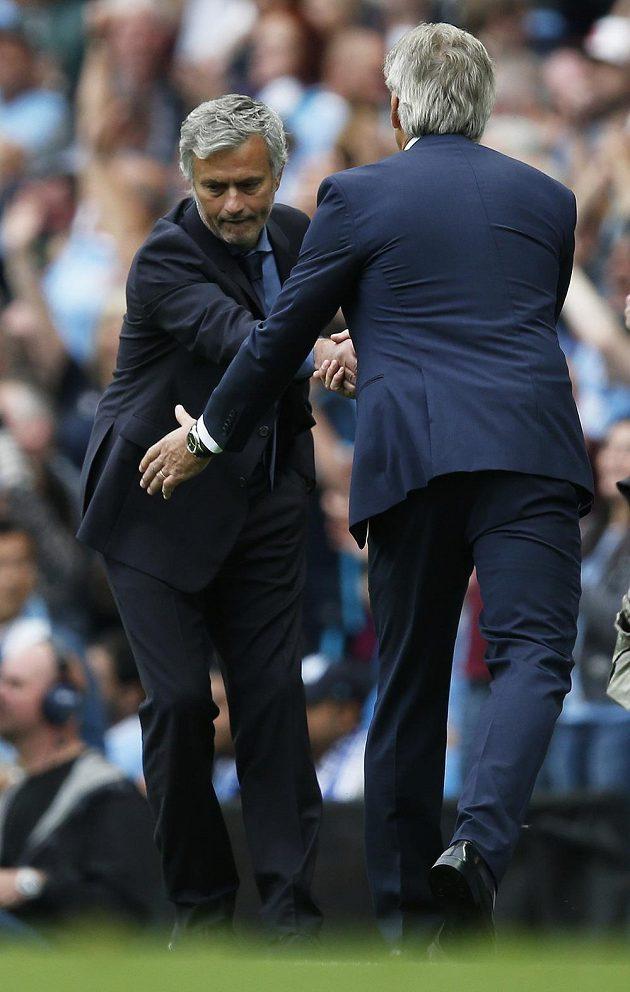 Zklamaný José Mourinho z Chelsea si potřásá rukou s Manuelem Pellegrinim z Manchesteru City.