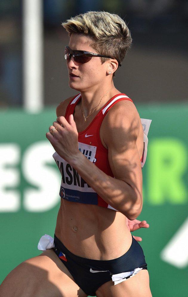 Běžkyně Lenka Masná během závodu na 800 metrů na atletického mítinku Zlatá tretra.