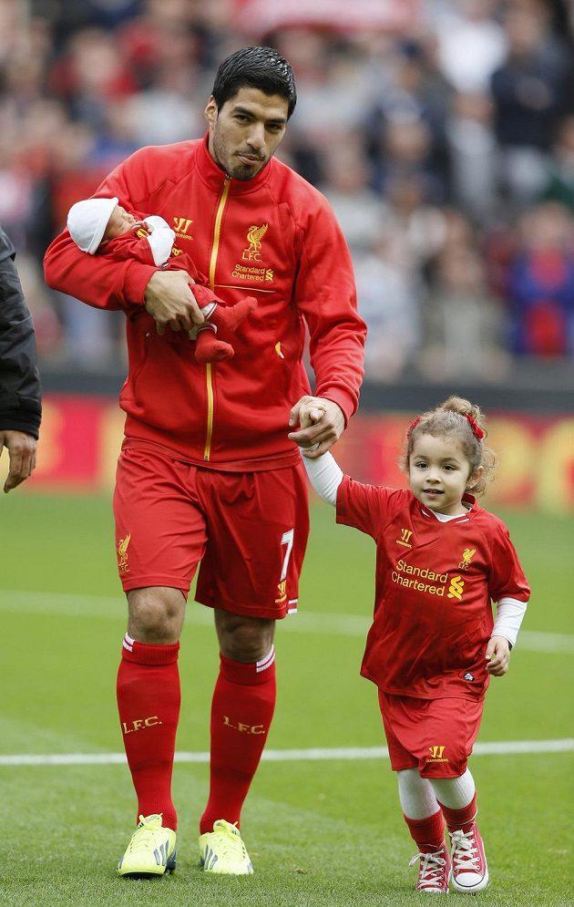 Útočník Liverpoolu Luis Suárez s dcerou Delfinou a synem Benjaminem.