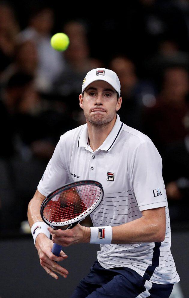 Americký dlouhán John Isner ve finále v Paříži favorizovaného Brita potrápil.