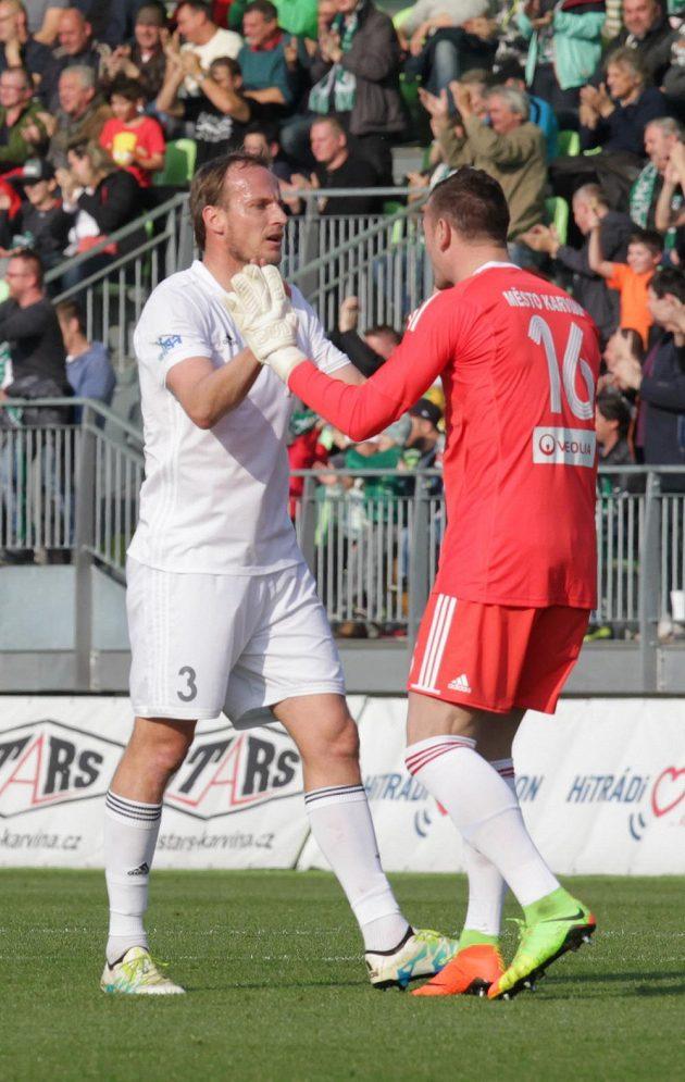 Brankář Jan Laštůvka (vpravo) a Pavel Košťál z Karviné se radují z druhého gólu proti Hradci.