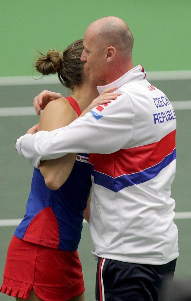 Karolína Plíšková vyhrála nedělní souboj jedniček v utkání 1. kola tenisového Fed Cupu se Španělkou Garbiňe Muguruzaovou ve dvou setech. Trenér Pála mohl vítězku po utkání obejmout.