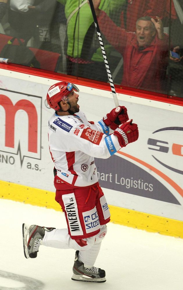 Třinecký střelec Zbyněk Irgl se raduje po vítězné brance.