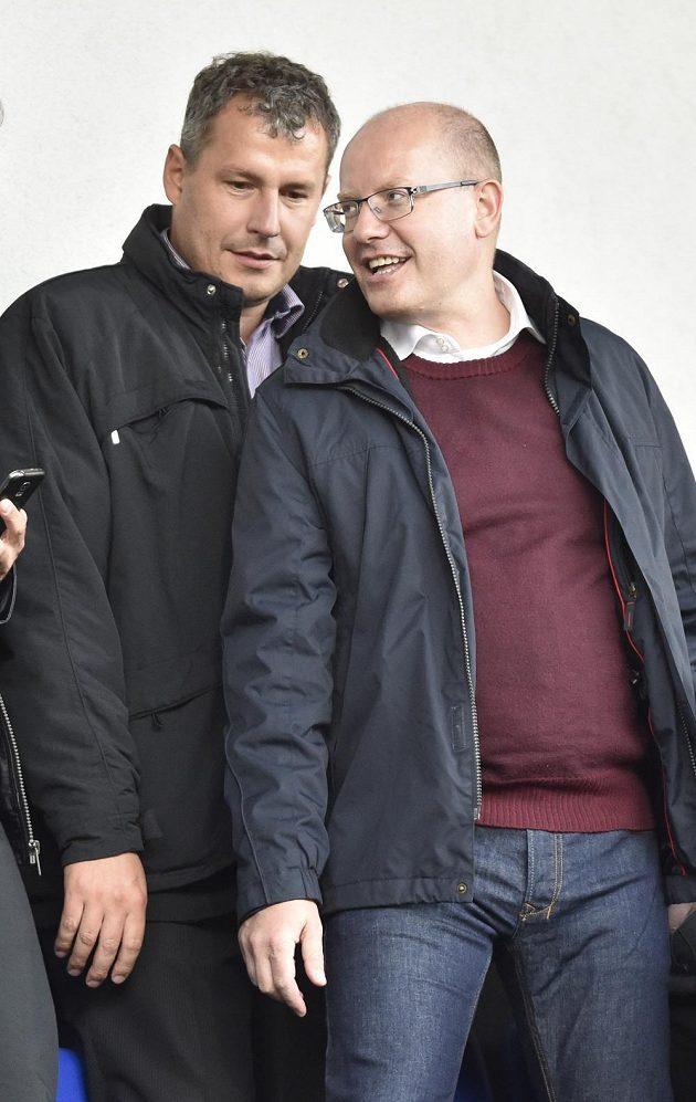 Na utkání jednadvacítek nechyběl mezi diváky premiér Bohuslav Sobotka, vlevo starosta Znojma Jiří Gabrhel.