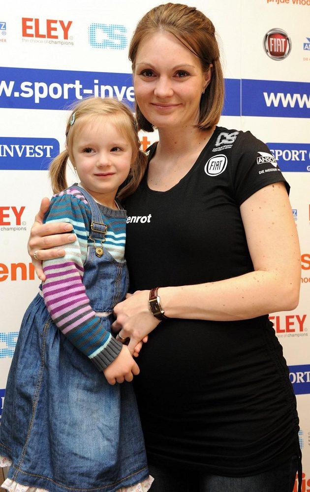 Střelkyně Kateřina Emmons s dcerou Julií na čtvrteční tiskové konferenci v Praze.