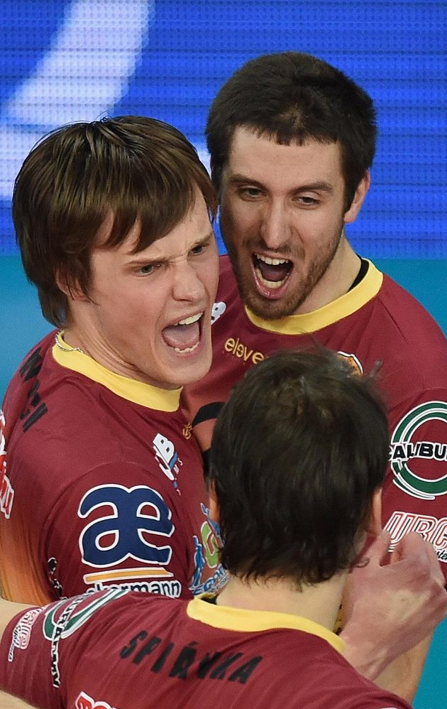 Tomáš Kriško (vpravo), Jakub Janouch a Aleš Správka z Liberce se radují z výhry v prvním finále s Českými Budějovicemi.