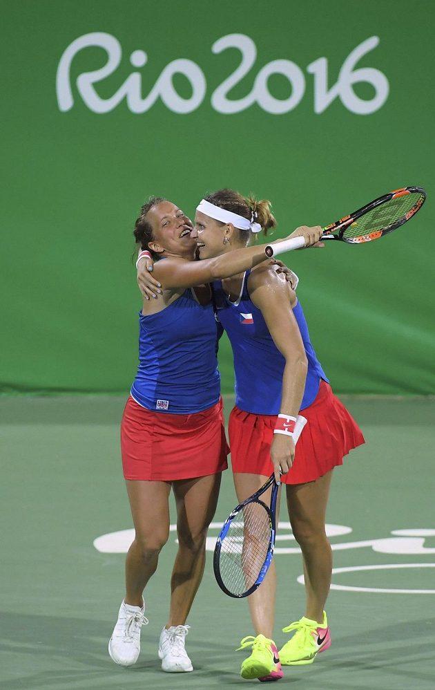 Barbora Strýcová (vlevo) a Lucie Šafářová slaví postup po výhře nad sestrami Willamsovými.