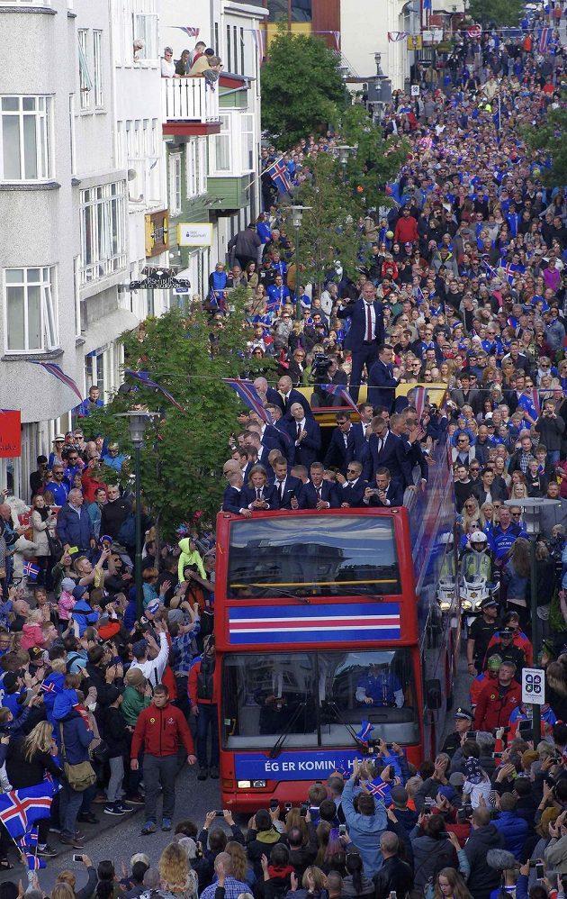 Hrdinové jsou doma. Tisícovky Islanďanů vítali fotbalové reprezentanty.