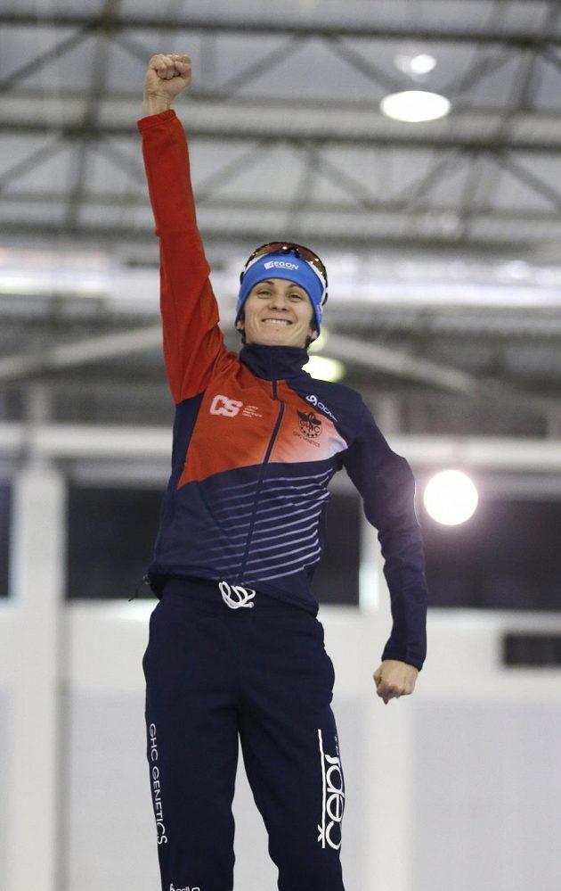 Radostné gesto vítězky Martiny Sáblíkové ze závodu na 5000 metrů v Salt Lake City.