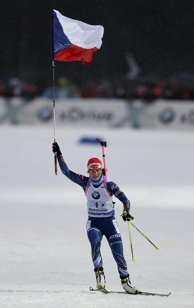 Biatlonistka Veronika Vítková dováží českou štafetu v Ruhpoldingu na první příčce.
