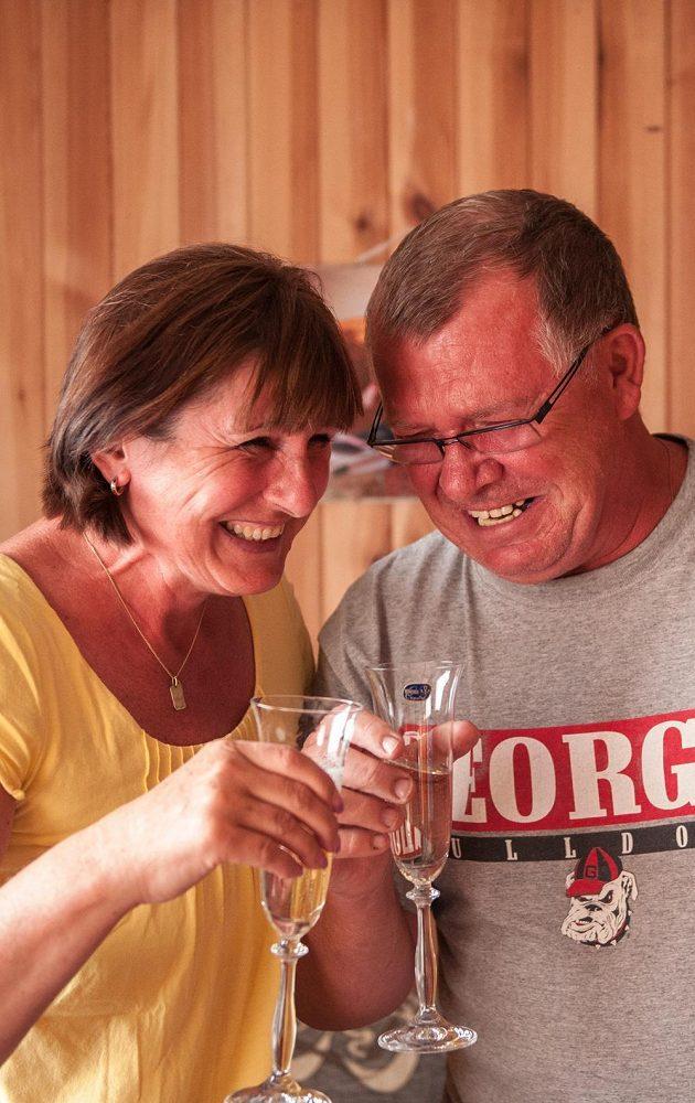 Pavel a Alena Hejnovi, rodiče zlaté české překážkářky Zuzany Hejnové, si na triumf své dcery připili šampaňským.
