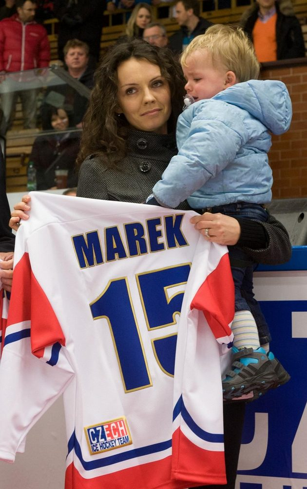 Vdova Lucie Marková se synem Janem v Jindřichově Hradci, kde byl před utkáním hokejové Euro Hockey Challenge Česká republika - Lotyšsko pojmenován tamní stadión po zesnulém hokejistovi Janu Markovi.
