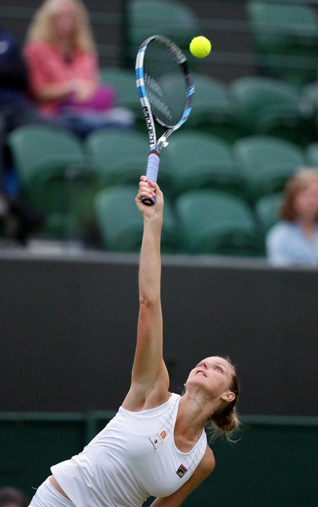 Česká tenistka Karolína Plíšková servíruje v zápase s Belgičankou Yaninou Wickmayerovou.