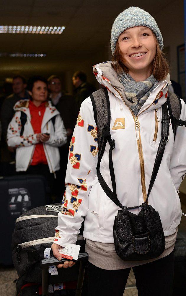 Snowboardistka Šárka Pančochová před odletem do Soči na Zimní olympijské hry dne 30. ledna 2014 na kbelském letišti.
