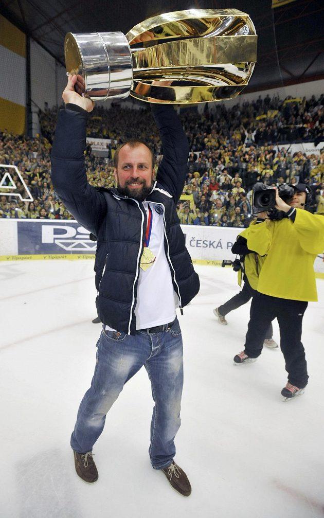 Zlínský trenér Rostislav Vlach s trofejí pro šampióny.
