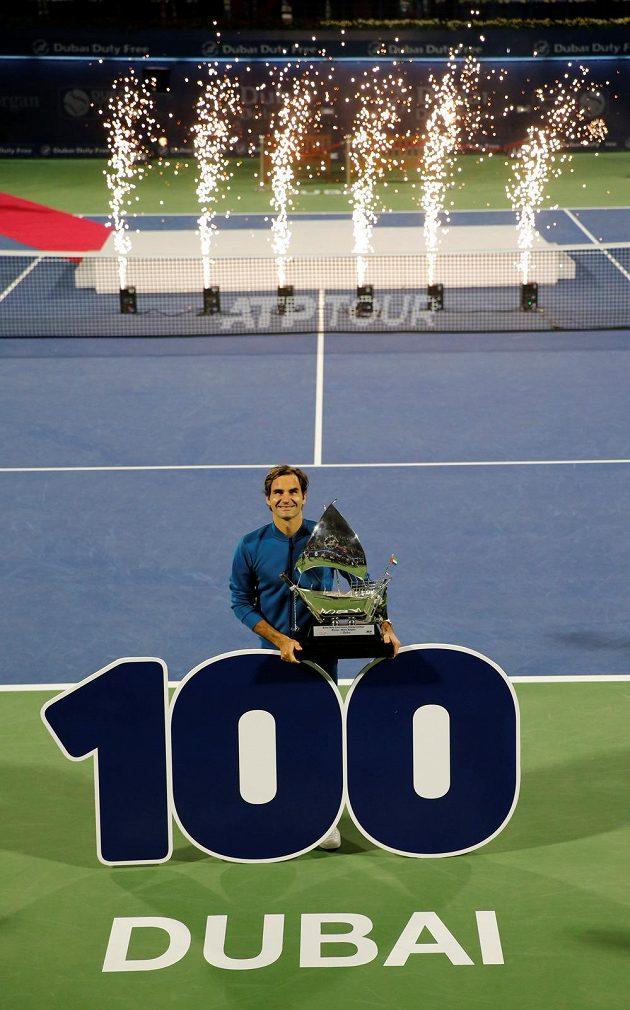 Roger Federer s trofejí pro vítěze turnaje v Dubaji, kde získal svůj jubilejní stý titul na okruhu ATP.