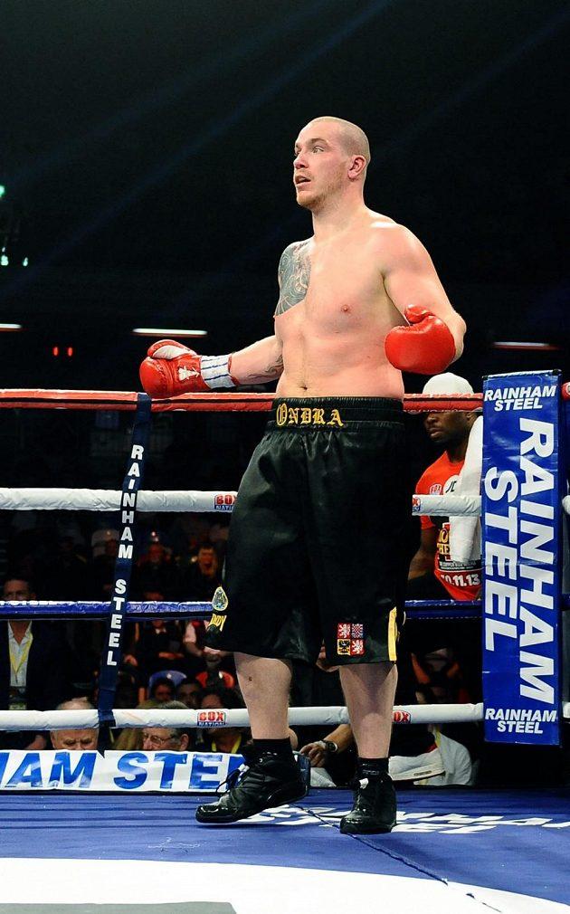 Překvapený boxer Ondřej Pála po rozhodnutí rozhodčího ukončit duel s Dereckem Chisorou.