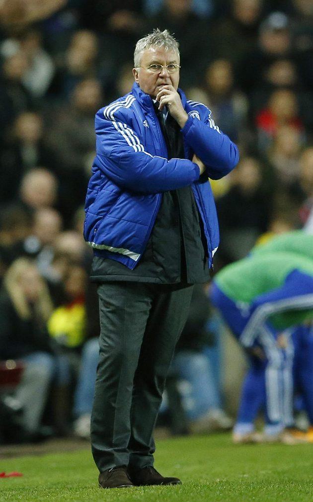 Guus Hiddink před lavičkou Chelsea.
