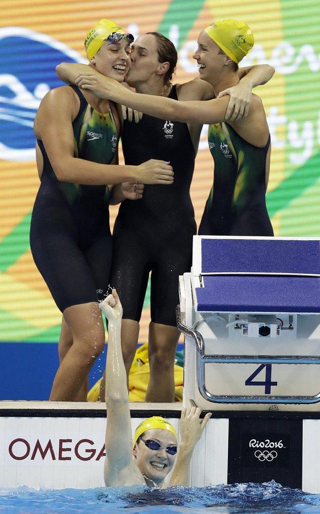 Australanky Emma McKeonová (vpravo), Brittany Elmslieová (vlevo) a Bronte Campbellová (uprostřed) se radují poté, co finišmanka Cate Campbellová (dole) dohmátla v závodu na 4x100 metrů ve světovém rekordu.