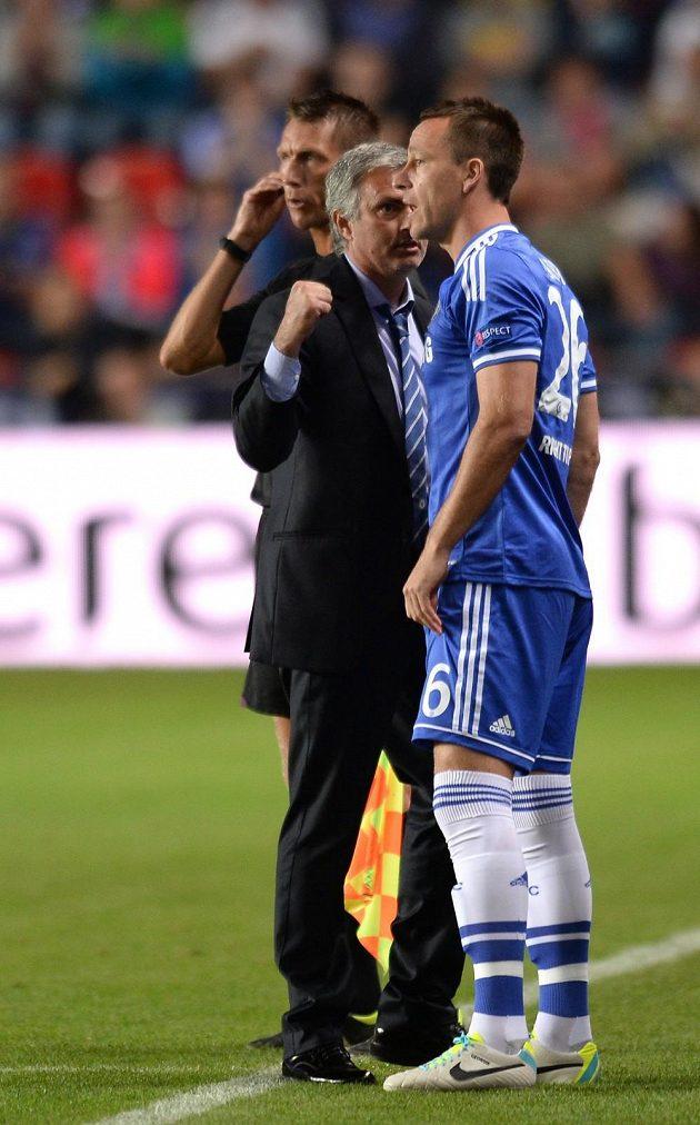 Kouč José Mourinho posílá na trávník Johna Terryho.