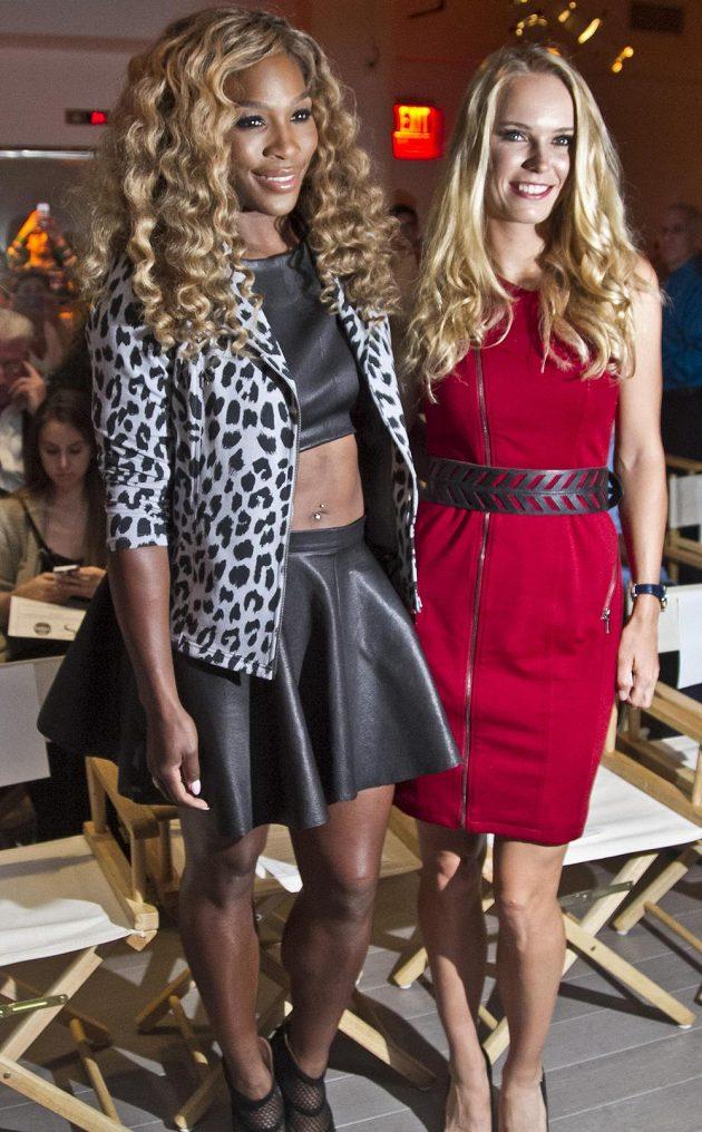 Vítězka US Open Serena Williamsová (vlevo) a poražená finalistka Caroline Wozniacká během módní přehlídky.